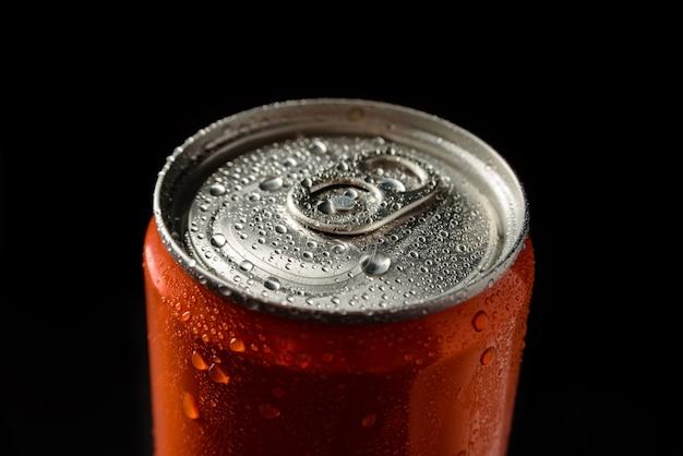 Close da tampa de uma lata fria de alumínio com uma bebida.