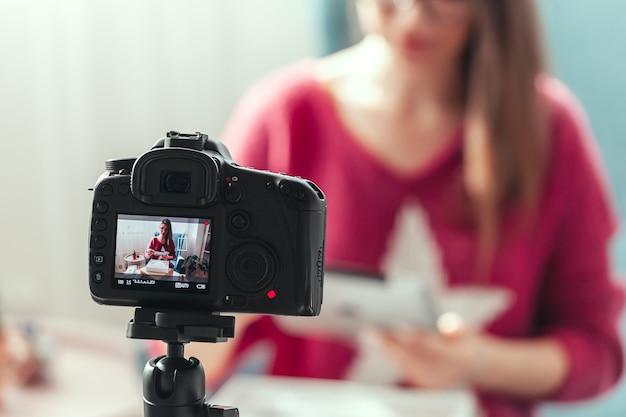 Close da tela da câmera, blogueira faz um vídeo de desempacotamento