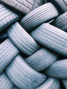 Close da textura do fundo da banda de rodagem do pneu de pneus de borracha grossos e grossos