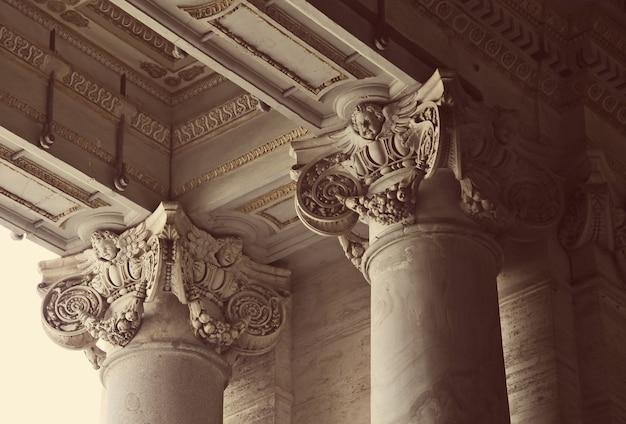 Close das colunas coríntias da basílica de são pedro no vaticano, roma, itália Foto Premium