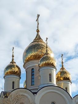 Close das cúpulas douradas da igreja. foto vertical. religião, cristianismo