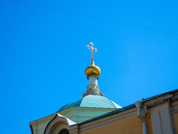 Close das cúpulas douradas da igreja. religião, cristianismo