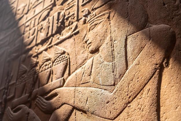 Close das gravuras nas paredes do templo de luxor, egito