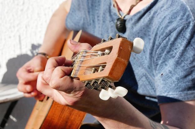 Close das mãos do guitarrista