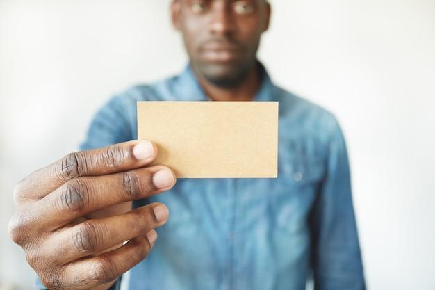 Close das mãos do homem africano segurando um cartão de visita