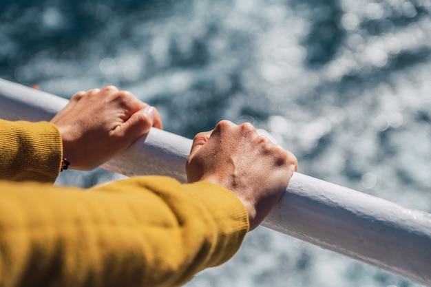 Close das mãos no fundo do oceano