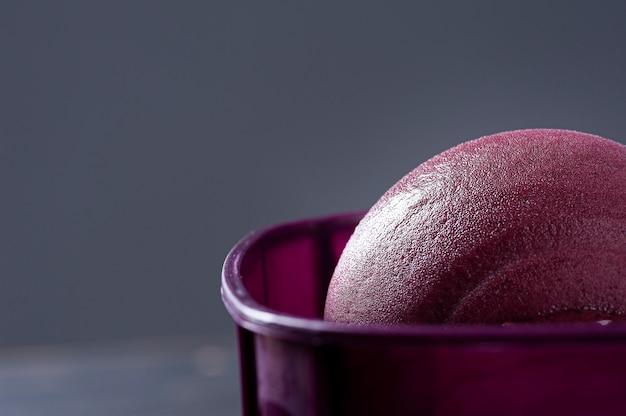 Close de açaí brasileiro congelado em uma caixa roxa.