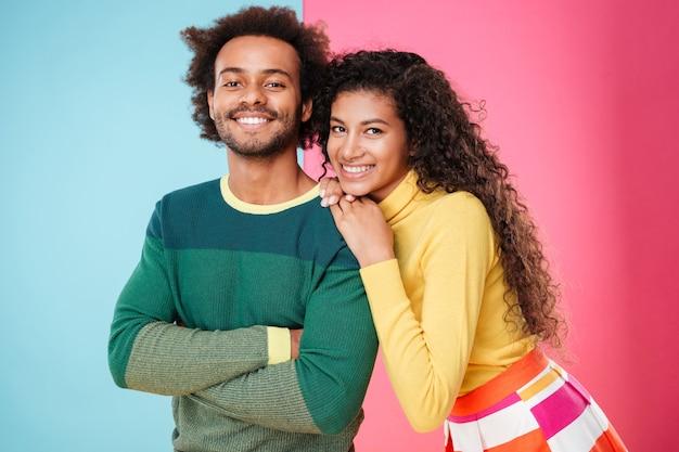 Close de alegre lindo casal jovem afro-americano