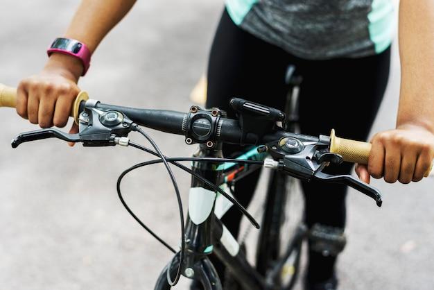 Close de alguém andando de bicicleta