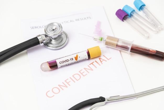 Close de amostra de sangue positiva de coronavirus, covid 19.