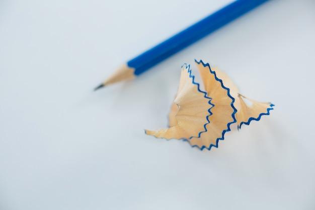 Close de aparas de lápis azuis com lápis
