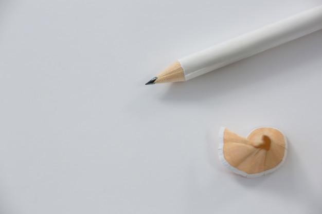 Close de aparas de lápis com lápis