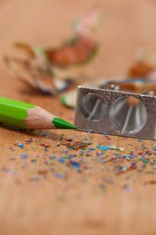 Close de apontador e lápis colorido com aparas