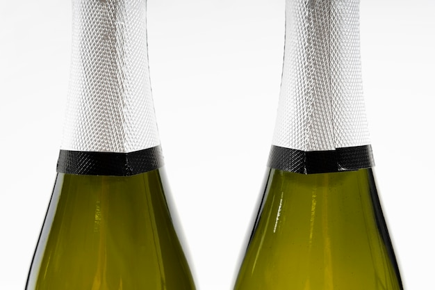 Close de arranjo de garrafas de champanhe