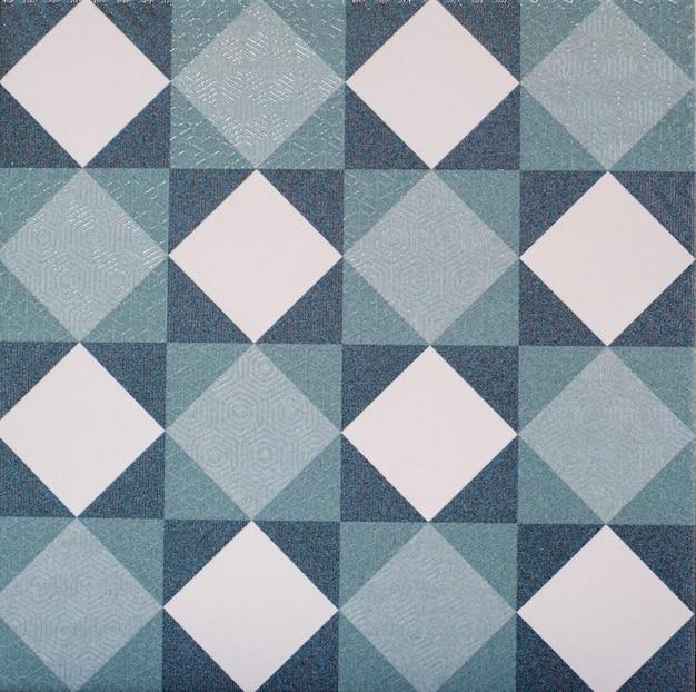 Close de azulejos portugueses antigos com detalhes de figuras geométricas