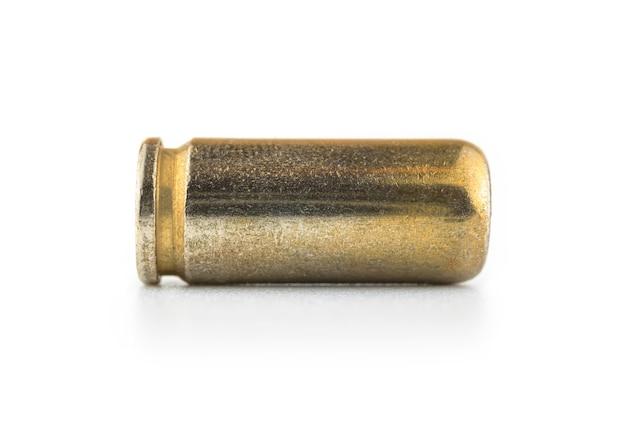 Close de bala de pistola 9 mm, munição de arma, isolado no fundo branco