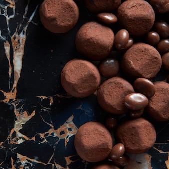 Close de bala de trufa de chocolate em superfície de mármore