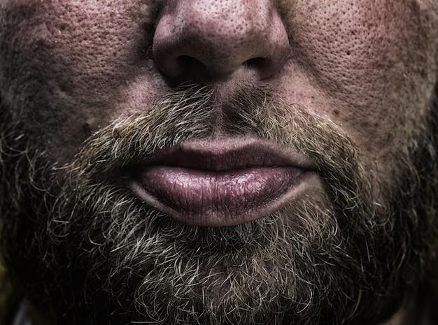 Close de barba e lábios masculinos