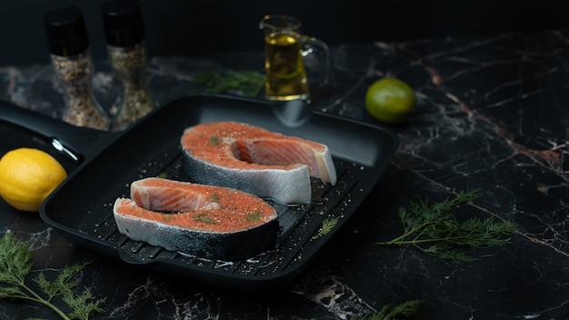 Close de bifes de salmão frescos