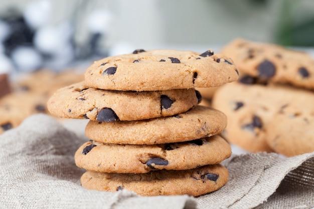 Close de biscoitos de aveia e farinha de trigo mistas, biscoitos com adição de pedacinhos de chocolate de cacau, deliciosos biscoitos de cereais e derivados de cacau, durante a sobremesa