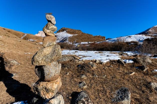Close de blocos de rocha feitos como santuário pagão ou dolmen