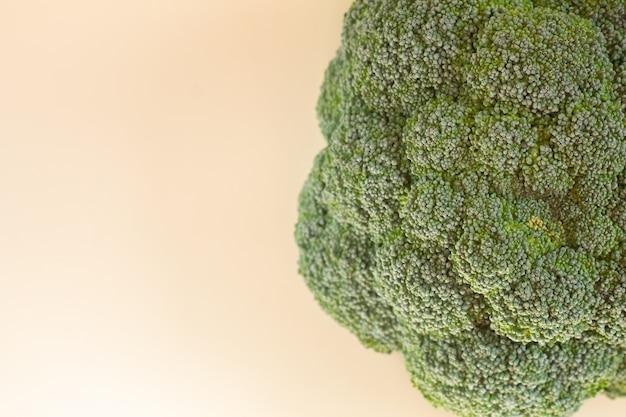 Close de brócolis verde fresco e orgânico com espaço de cópia