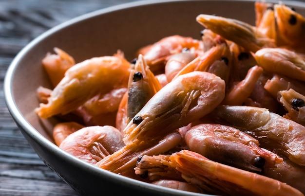 Close de camarões no prato