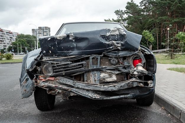 Close de carro quebrado, capô amassado após um acidente.