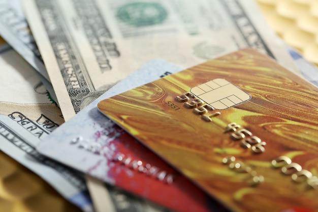 Close de cartões de crédito e dólares