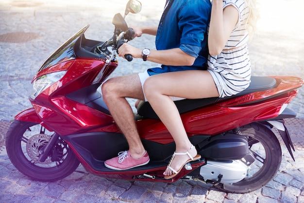 Close de casal andando de scooter