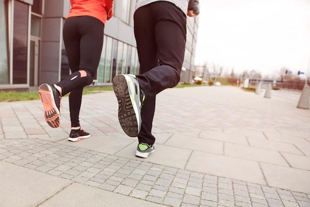 Close de casal correndo