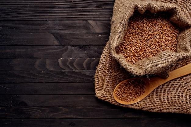 Close de cereais em uma sacola de produtos de cozinha