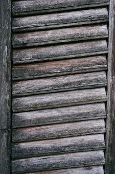 Close de cortinas de madeira escurecidas antigas