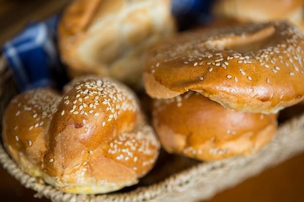 Close de croissants em uma cesta de vime no balcão