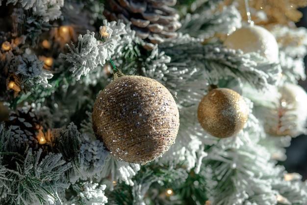 Close de decorações de natal e luzes em uma árvore de natal
