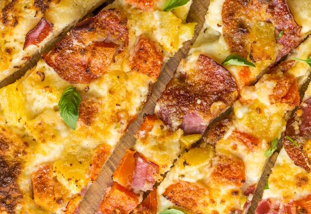 Close de deliciosa pizza de abacaxi assado com mamão