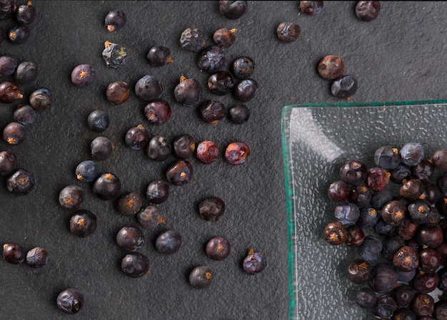 Close de detalhe macro de bagas de zimbro em preto