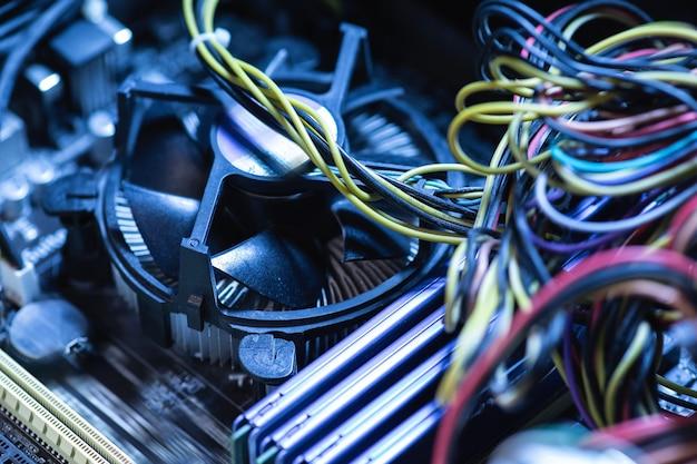 Close de diferentes partes do computador dentro do pc