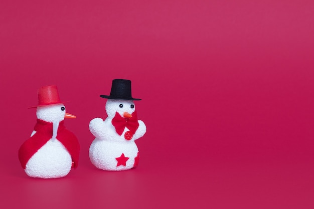 Close de dois bonecos de neve fofos como enfeites de natal
