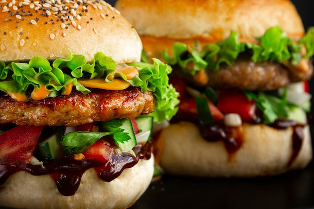 Close de dois hambúrgueres saborosos