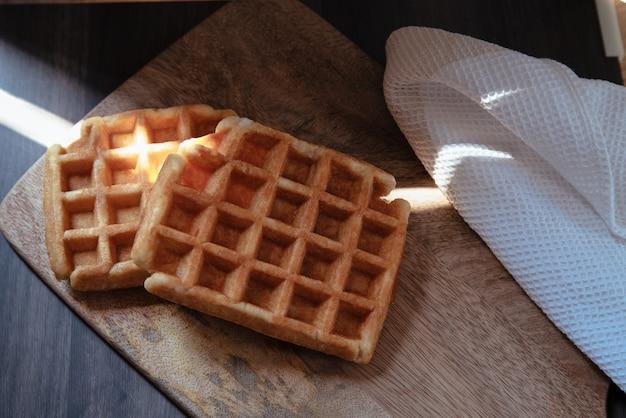 Close de dois waffles artesanais com mel