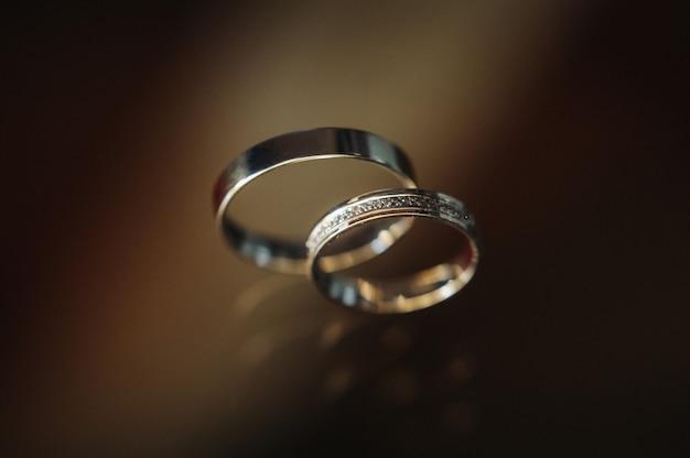 Close de duas alianças de ouro para um casamento