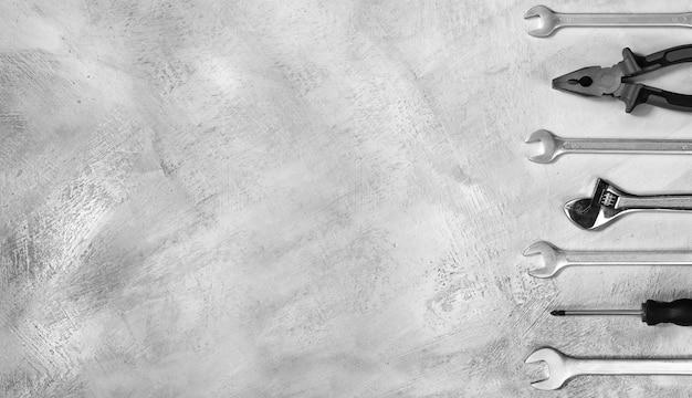 Close de ferramentas manuais em fundo de concreto cinza com espaço de cópia vista superior o conceito de renovação