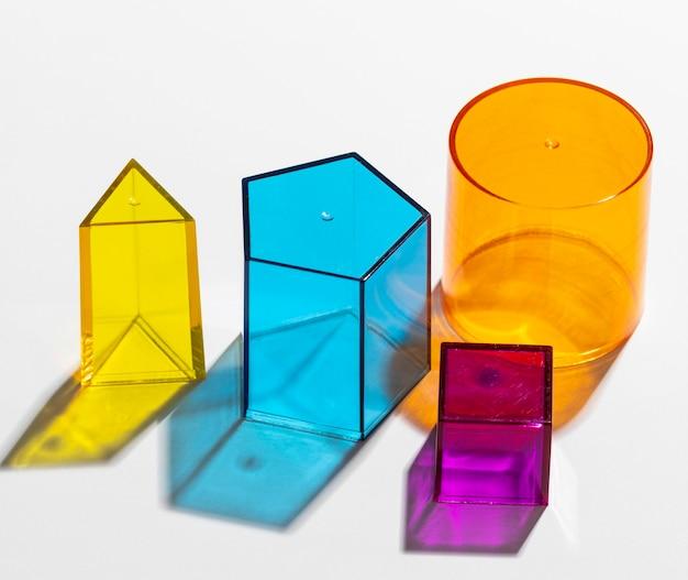 Close de formas geométricas translúcidas coloridas