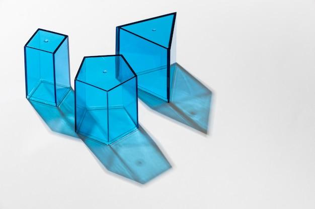 Close de formas translúcidas coloridas