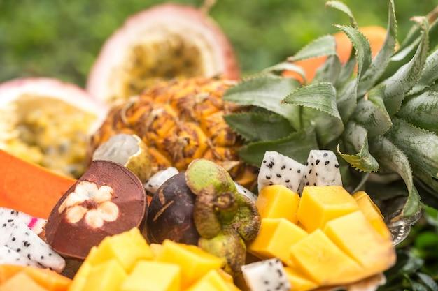 Close de frutas exóticas em