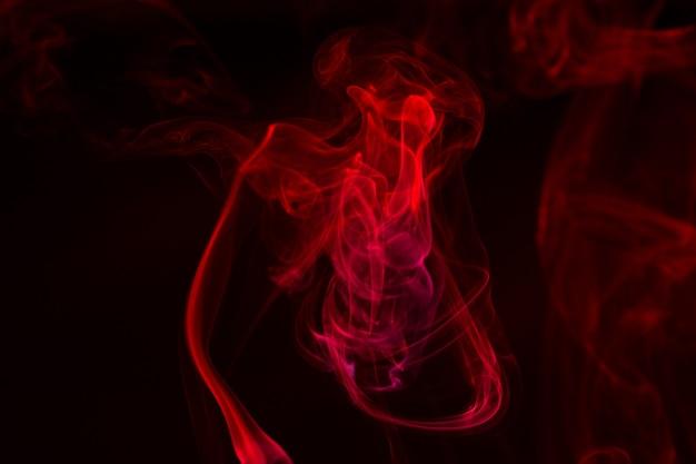 Close de fumaça colorida em um fundo preto