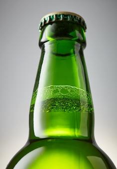 Close de garrafa verde de cerveja