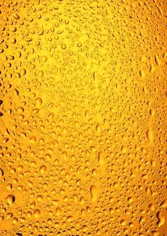 Close de gotas de água em um copo de cerveja
