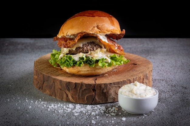 Close de hambúrguer com molho de alface e alho